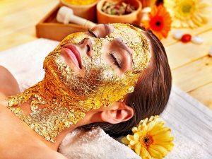 gezichtsbehandeling met goud